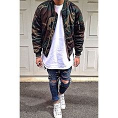 One of the most popular ways for a man to style out a dark green camouflage bomber jacket is to wear it with navy ripped skinny jeans in a casual look. If you want to break out of the mold a little, complement this getup with white low top sneakers. Dope Fashion, Urban Fashion, Mens Fashion, Fashion Trends, Street Outfit, Street Wear, Moda Blog, Denim Look, Urban Street Style