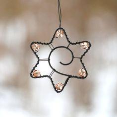 Hvězdičky se spirálkou  Ozdobte si jimi barborku ve váze, vánoční stromeček, pověste si je do okna. Ozdobte jablůňku, svůj oblíbený kout na zahradě, adventní věnec, vánoční dárky....  Hvězdičky je ozdobeny starorůžovými broušenými korálky. Vzhledem k tomu, že jsou vyrobeny ze železného drátu, mohou ve vlhku korodovat.  Cena je za jeden kus.  Rozpětí ...