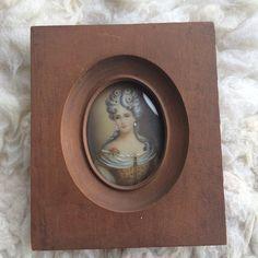 Nossa última aquisição no leilão da #galeriapaivafrade. Pintura retratista em miniatura de uma dama de época Europa séc. XIX #iarremate #arte #belasartes #antiguidade