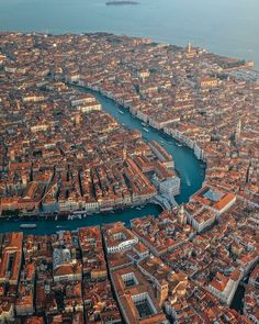 Best Places To Travel, Cool Places To Visit, Places To Go, Lombard Street, Alesund, Lago Michigan, Venice City, City From Above, Destination Voyage
