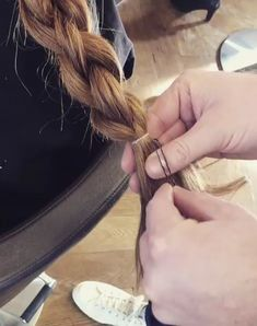 Check out this cheeky little method of hiding your bands without the need for grips! – Tutorial Per Capelli Pretty Hairstyles, Braided Hairstyles, Easy Diy Hairstyles, Hairstyle Hacks, Hair Day, Girl Hair, Hair Videos, Hair Looks, Hair And Nails