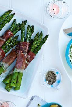 Roasted asparagus wrapped in Parma ham - delicious. Ham Recipes, Veggie Recipes, Sweet Recipes, Healthy Recipes, Healthy Meals, Dishes Recipes, Veggie Meals, Savoury Recipes, Recipies