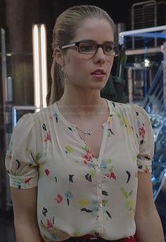 Felicity's white paint print blouse on Arrow.  Outfit Details: http://wornontv.net/24149/ #Arrow