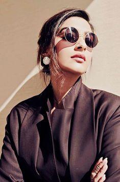 Sonam Kapoor Ahuja looks gorgeous😎🖤🖤🖤 Cat Eye Sunglasses, Round Sunglasses, Sunglasses Women, Diana Penty, Chansoo, Sonam Kapoor, Bollywood Stars, Celebs, Celebrities
