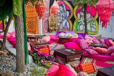 Heerlijke loungehoek, prachtig aangekleed met kussens, kleden en lampen.