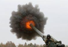 El momento preciso en el que un militar ucraniano dispara un cañon durante un entrenamiento militar en Ucrania.