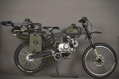 ミリタリー仕様はどうしてこうもカッコイイのか。自転車とバイクの中間のような乗り物、それがモペット。エンジンを使って移動することもできればペダルを使って漕ぐこともできる優れもの。そんなモペット業界にMotopeds社のサバイバル仕様の超かっこいい「Motopeds Survival Bike : Bl...