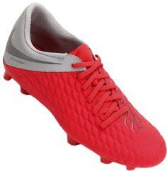 2cd8fb6741 A Chuteira Nike Phantom 3 Club FG Campo Masculina foi criada para os  amantes do futebol