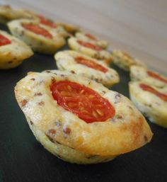 Bites of cherry tomatoes and mustard Tapas, Appetizers For Party, Appetizer Recipes, Vegetarian Recipes, Cooking Recipes, Appetisers, Savoury Cake, Finger Foods, Quiche