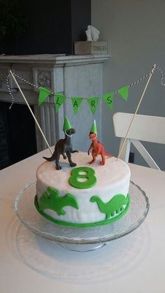 Are you planning a dinosaur themed birthday party? Here are some great ideas for the cake, decorations, activities, and more! Dinosaur Birthday Party, Birthday Treats, Birthday Parties, 3rd Birthday, Dino Cake, Dinosaur Cake Pops, Cupcake Cakes, Cupcakes, Estilo Disney