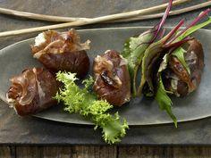 Gefüllte Datteln - in Schinken gebraten - smarter - Kalorien: 109 Kcal - Zeit: 45 Min. | eatsmarter.de #eatsmarter #rezept #rezepte #ziegenkaese #kaese #trend #goatcheese #hype #superfood #vegetarisch #cheese #ziege #goat #gesund #healthy #vorspeise #hauptgericht  #dattel #feige #schinken #ham