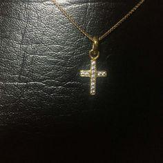 Dije dorado bañado en oro de 24 k en forma de cruz con 12 zircones