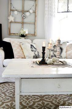 Olohuone on meidän kodin ehdoton lempparipaikka. Vanhat rakkaat huonekalut ja uudet mukavat sohvat.