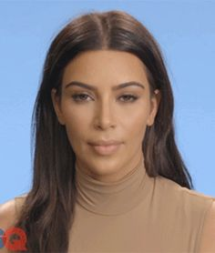 In Kim Kardashians neuer KIMOJI-Kollektion kannst du jetzt Alkohol und Drogen verstauen