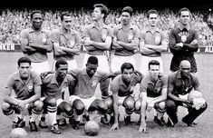 Brasil Campeão Copa do Mundo 1958 Em pé: Djalma Santos, Zito, Bellini, Nílton Santos, Orlando e Gilmar Agachados: Garrincha, Didi, Pelé, Vavá e Zagallo - este é o time que goleou a Suécia por 5 a 2 na final - e o massagista Mário Américo.