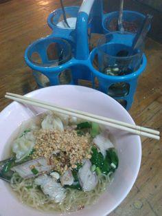 Um es gleich erwähnt zu haben, ich liebe Essen. Essen kann ich, Essen mag ich. Immer. https://foodtravelhappinessblog.wordpress.com/2015/12/01/streetfood-in-bangkok/