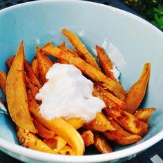 Süßkartoffel-Sticks mit Sauerrahm
