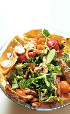 Sałatka z kurczakiem i pieczoną tortillą jest pełna świeżych warzyw, fantastycznie chrupie i oczarowuje kolorami - ma wszystko co potrzebuje sałatka idealna