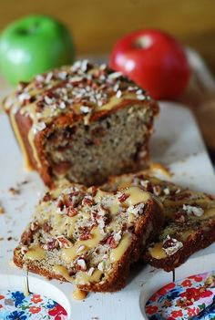 Banana apple bread with caramel sauce and pecans - This is a really simple and easy recipe, yet a truly decadent Fall dessert or breakfast: so welcoming and cozy, you just want to grab a cup of hot tea/hot chocolate/coffee, and cuddle on the coach, watching TV and enjoying a slice.