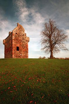Greenknowe is an L plan tower house built in Berwickshire in 1581 for the Seton family. It still has its iron gate, or yett, and it is possible that it stands in the same place as the first Scottish castle built by the Gordons in the 1100s! #history #Scotland #clans