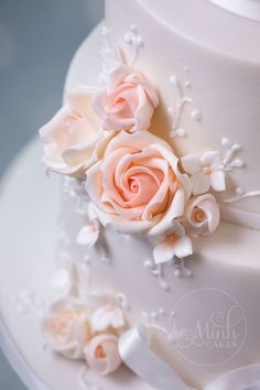 Closeup of wedding cake with peach mini roses and piped lace detail. By Minh Cakes Zürich, August 2016