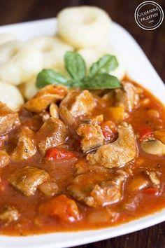 Mięciutkie mięso, aromatyczny, pomidorowy sosik, dodatek kolorowych papryk, pieczarek oraz cebulki to przepis na rewelacyjny gulasz węgierski z karkówki.