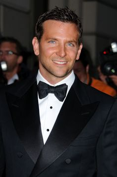 Bradley Cooper at the GQ Men of The Year Awards in London Celebuzz! Pretty Men, Beautiful Men, Beautiful People, Pretty People, Bradley Cooper Hot, Brad Cooper, Cool Hairstyles For Men, Men's Hairstyles, Black Tie Affair
