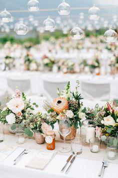 Tischfloristik und Dekoration mit Protea und Blumenmeer, mediterran exotisch. Von Anmut und Sinn. Foto: Daniela Reske