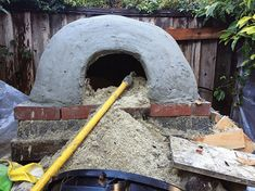 This easy-to-construct, DIY clay oven fires up quickly and stays hot for days. Cook dinner at night and bake bread in the morning with its stored heat. Wood Fired Oven, Wood Fired Pizza, Oven Diy, Clay Oven, Pizza Oven Outdoor, Mother Earth News, Diy Clay, Bread Baking, Woodworking