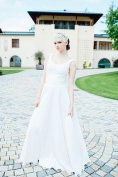 Wedding dress by Solaine Piccoli   Headpiece by Niely Hoetsch Craft Wedding, Wedding Place Cards, Scrubs, Wedding Dresses, Roses, Dreams, Fashion, Bride Groom Dress, Engagement