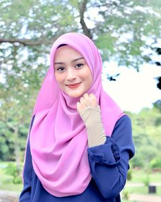 Gambar mungkin berisi: 1 orang, luar ruangan dan dekat Beautiful Muslim Women, Beautiful Hijab, Hijab Fashion, Fashion Outfits, Hijabi Girl, Muslim Girls, Pashmina Scarf, Traditional Outfits, Cute Boys
