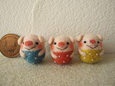 Three little pigs Wool Needle Felting, Needle Felting Tutorials, Needle Felted Animals, Wet Felting, Felt Animals, Diy Arts And Crafts, Felt Crafts, Felted Soap, Felt Purse