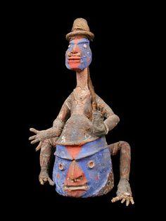 Ce type de masque intervient spécifiquement dans les rituels de prises de grade (appelés nalawan dans le sud de Malekula). Cette hiérarchie de grades acquis tout au long de la vie d'un homme aura toute son importance lors des cérémonies funéraires. Ainsi le type de cérémonie funéraire accordée à un homme sera fonction du grade nalawan qu'il aura atteint. A chaque grade ou à chaque action emblématique du rituel de prise d'un grade (assomer les cochons, détruire la structure cérémonielle des…