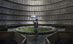 Uma cena surreal dentro de uma usina abandonada em Charleroi, Bélgica.