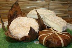 Banon de chèvre fermier - C'est un fromage au lait cru et entier, fabriqué dans les fermes de Haute Provence qui est muri dans des feuilles de châtaigniers brunes, liées par un brin de raphia naturel. Il se présente donc enveloppé dans ses feuilles et à son ouverture, on découvre une pâte souple et onctueuse de couleur crème ou mordorée. Il a un gout doux et épicé qui est mis en valeur par la migration des tanins de la feuille de châtaignier vers le fromage.