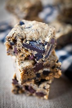 Soft, chewy peanut butter blondies dotted with crunchy Oreos and dark chocolate.