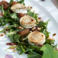 Rhabarber-Rucola-Salat mit Ziegenkäse Dinner For One, Salmon Burgers, Baked Potato, Salad Recipes, Salads, Appetizers, Eggs, Snacks, Fresh