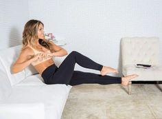 Vélo (abdominaux et les ischio-jambiers) 2 séries 10-15 rep Asseyez-vous sur le bord du canapé, penchez-vous pour former un angle de 45° entre le buste et les jambes et tendez les jambes. Repliez vos bras sur la poitrine et ouvrez les coudes sur les côtés. Pliez le genou gauche et pivotez le buste vers la gauche, de manière à ce que le coude droit touche presque votre genou gauche.