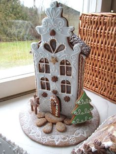 Giving me ideas of exploring fancy façades while using a basic back . the possibilities are endless. Pink Christmas, Christmas Baking, Christmas Crafts, Xmas, Christmas Gingerbread House, Gingerbread Man, Gingerbread Cookies, Royal Icing Templates, Cake Pop Tutorial