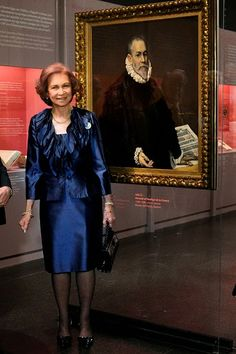 Queen Sofia of Spain stands by a painting of El Greco during the inauguration of the exhibition 'Friends and Patrons of El Greco in Toledo' at the Benaki Museum in Athens on 12.11.2014.