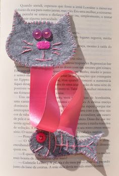 idea for a felt cat bookmark Felt Crafts Diy, Cute Crafts, Crafts To Make, Fabric Crafts, Sewing Crafts, Sewing Projects, Homemade Bookmarks, Homemade Books, Felt Bookmark