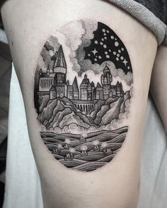 Tatuagem feita por Suflanda de Manchester, Inglaterra.  Hogwarts vista a partir do lago. Paisagem inspirada no filme harry potter.