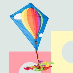 Dieser klassische Einleiner - Drachen mit kindgerechtem Design ist schnell aufgebaut und leicht zu fliegen. Wird komplett mit Schwanz, Griff und Schnur geliefert. Inkl. Schnur. Outdoor, Design, Wind Chimes, Twine, Balloons, Bows, Kite, Adventure, Classic