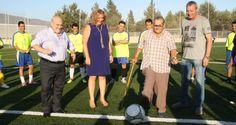La alcaldesa de Motril, Flor Almón, y el concejal de Deportes, José Manuel Estévez, acompañados por el presidente de la Autoridad Portuaria, Francisco Álvarez de la Chica, inauguraron este fin de semana el campo de fútbol del Varadero.