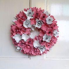 Růžový věnec Velký dekorační růžovo bílý věnec. Růžičky jsou vytvořené z kartónů na vajíčka, ručně barvené nezávadnou vodorozpustnou barvou. Průměr věnce je 34 cm a tvoří jej 55 jednotlivých růžiček. Je velmi dekorativní a úžasně ozdobí vaše dveře nebo zeď. Věnec je třeba dát na místo kde neprší. Tento věnec může zdobit váš domov po celý ...