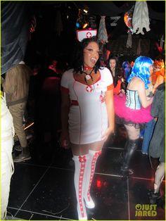Sara Ramirez com a mesma fantasia, mas agora no Halloween promovido pela Kate Walsh em sua casa.