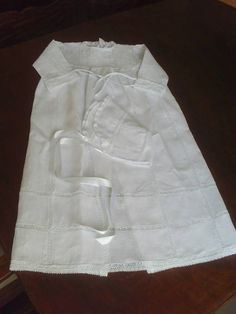 Vestido mandrião, confeccionado sob medida, em cambraia de linho importada, com aplicação de renda entremeio e pontinha. Acompanha touquinha. R$ 290,00