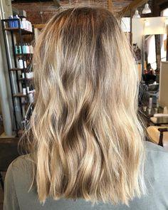 Monday pick-me-up with this beautiful blondie ☀ . Brown Blonde Hair, Dark Hair, Sandy Blonde, Medium Blonde, Light Hair, Hair Color Guide, Balayage Hair, Natural Blonde Highlights, Full Highlights