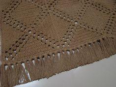 Dificuldade: Média Este tapete fiz para a minha cozinha. Ficou um charme! Mais uma idéia para fazer com quadrados de crochê. Foi tra...