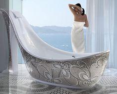 Espectacular bañera en forma de zapato. ¡Me la pido! pero hasta que me la regalen disfrutaremos viéndola. Un espumoso abrazo.